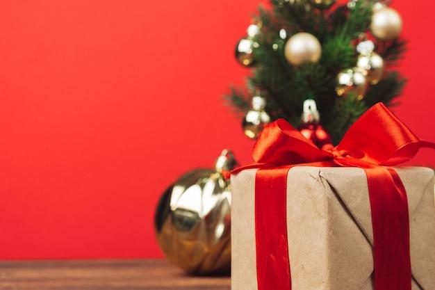 Kerstcadeau verpakt in kraft papier met rood lint Premium Foto