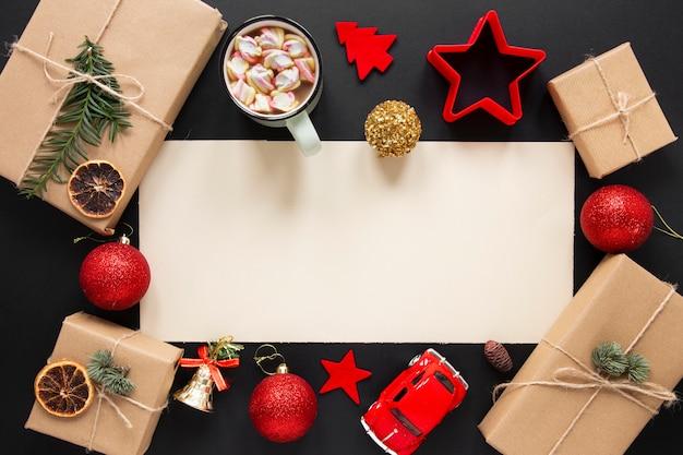Kerstcadeaus mock-up met decoraties Gratis Foto