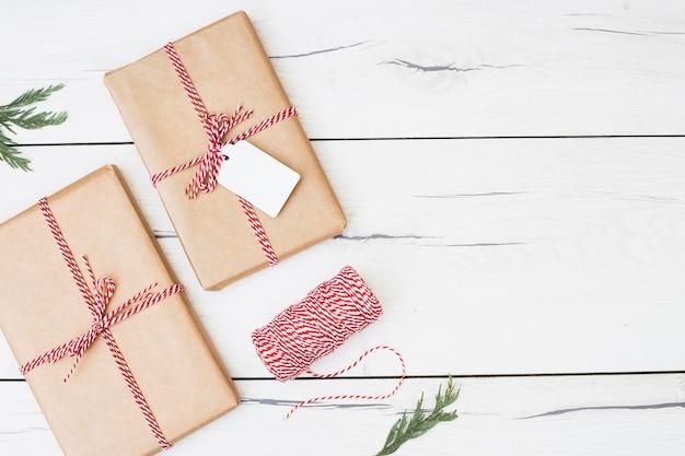 Kerstcadeaus omwikkeld met gestreept lint Gratis Foto