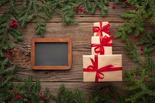 Kerstcadeaus op een tafel met mock-up Gratis Foto