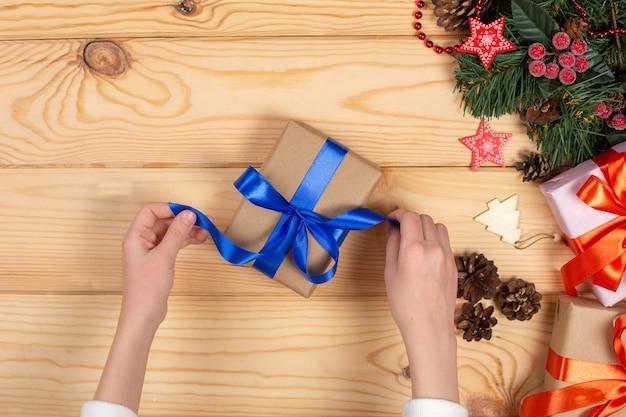 Kerstcadeaus verpakken Premium Foto