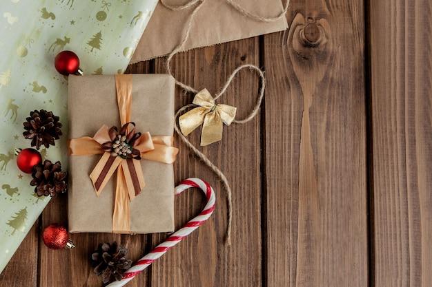 Kerstcadeautjes met lint op donkere houten achtergrond in vintage stijl Premium Foto
