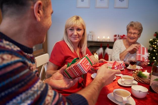 Kerstcadeautjes uitwisselen tijdens de kerstavond Gratis Foto