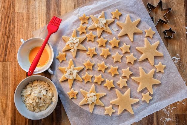 Kerstdag. feestdagen, kerstbereidingen. kerstkoekjes bakken. vormen en producten voor koekjes. Premium Foto