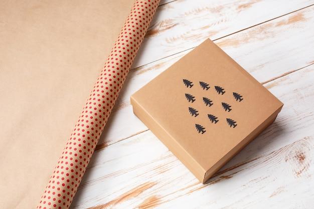 Kerstdecoratie en geschenkdoos over houten oppervlak Gratis Foto