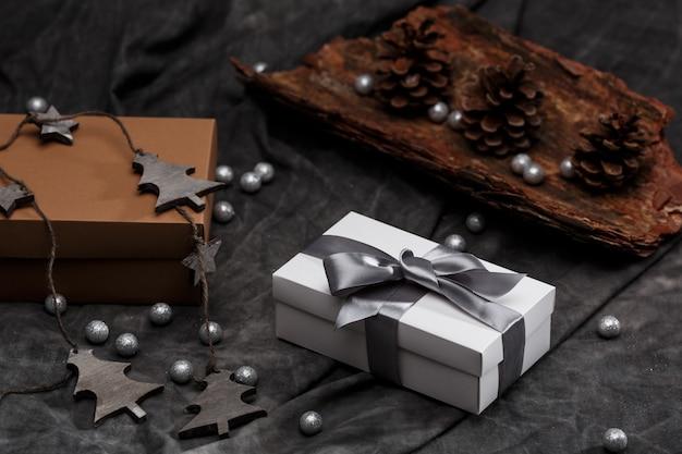 Kerstdecoratie en geschenkdozen over grijze achtergrond. Gratis Foto