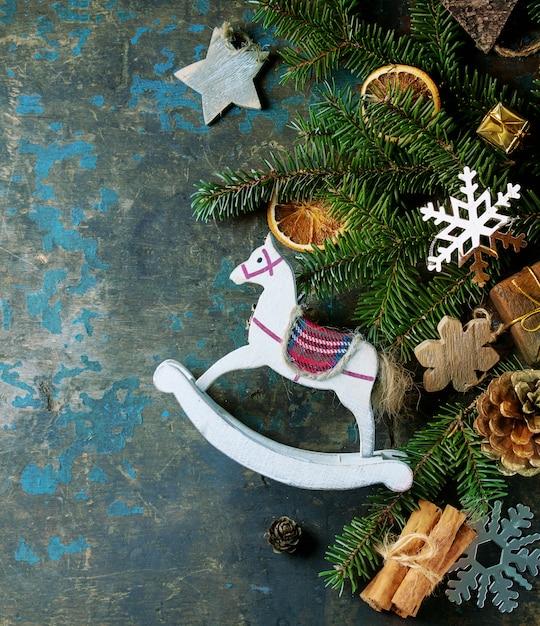Kerstdecoratie kaart met speelgoed en boom Premium Foto