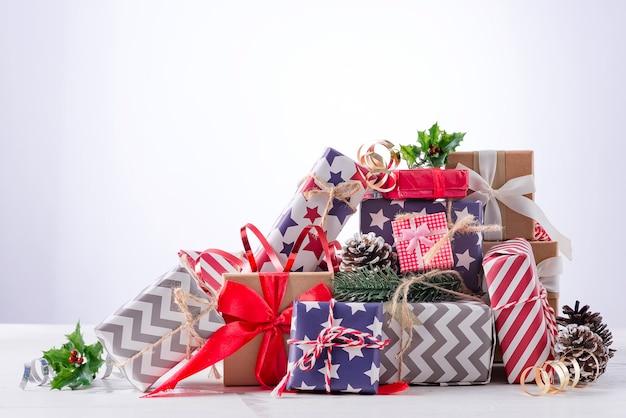 Kerstdecoratie met feestelijke geschenkdoos en lint op lichte achtergrond. vakantie kerst concept. Premium Foto
