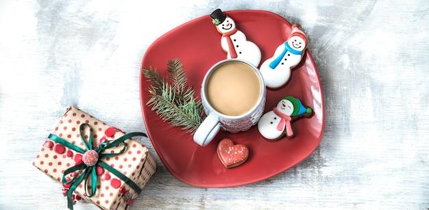 Kerstdecoratie met feestelijke koekjes en geschenkdoos Gratis Foto