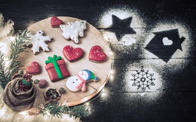 Kerstdecoratie met feestelijke koekjes Gratis Foto