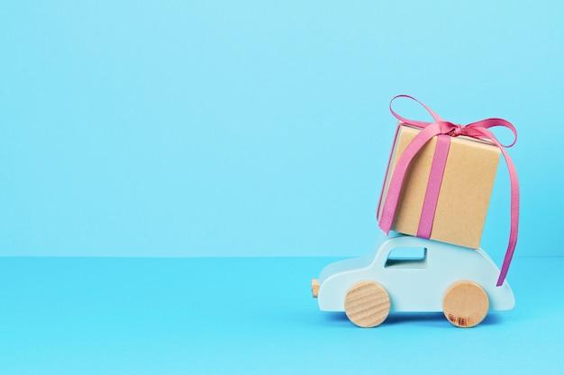 Kerstdecoratie met houten auto, geschenken met kopie ruimte. seizoen wenskaart Premium Foto