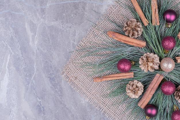 Kerstdecoratie met kaneel, kegels en eiken boomtakken Gratis Foto