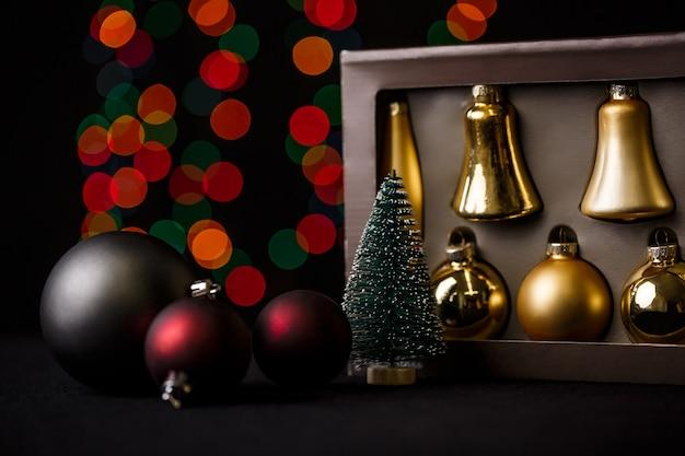 Kerstdecoratie met rode bokeh lichten Gratis Foto