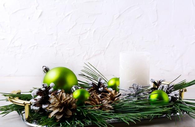 Kerstdecoratie met vakantie ornamenten en kaars middelpunt Premium Foto