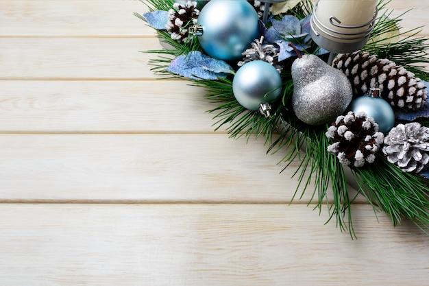 Kerstdecoratie met vakantie versierde kaarsenhouder en blauwe ornamenten Premium Foto