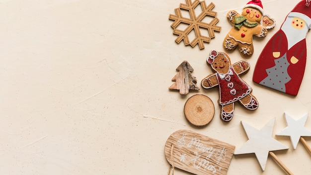 Kerstdecoratie op beige tafel Gratis Foto