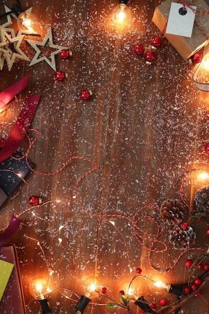 Kerstdecoratie op houten tafel Gratis Foto