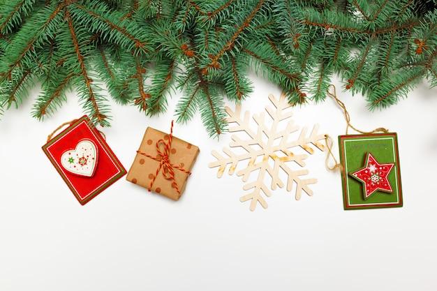 Kerstdecoratie pijnboomtakken geschenken plat lag Premium Foto