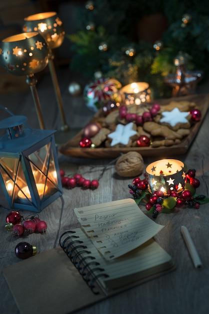 Kerstdecoraties met koekjes, kaarsen en receptenboek Premium Foto