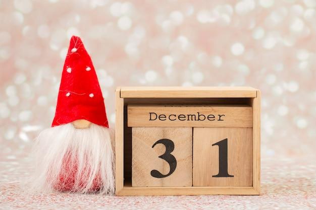 Kerstkaart kabouter met houten kalender december oudejaarsavond Premium Foto