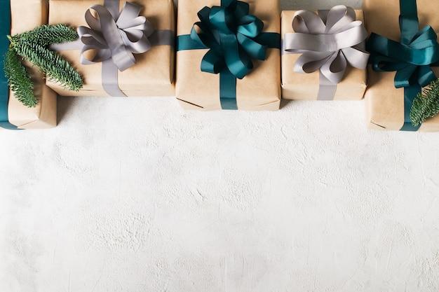 Kerstkaart met geschenkdoos frame op witte achtergrond, kopie ruimte, bovenaanzicht Premium Foto