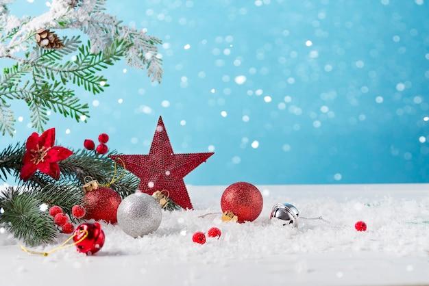Kerstkaart met versierde kerstster en ballen op lichte achtergrond. winter feestelijk concept. Premium Foto