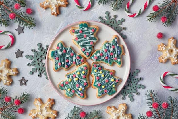 Kerstkoekjes in de vorm van kerstbomen en sneeuwvlokken Premium Foto