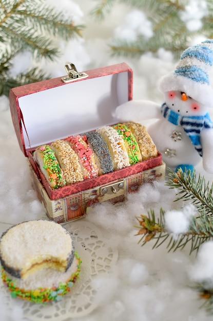 Kerstkoekjes in een feestelijke doos Premium Foto