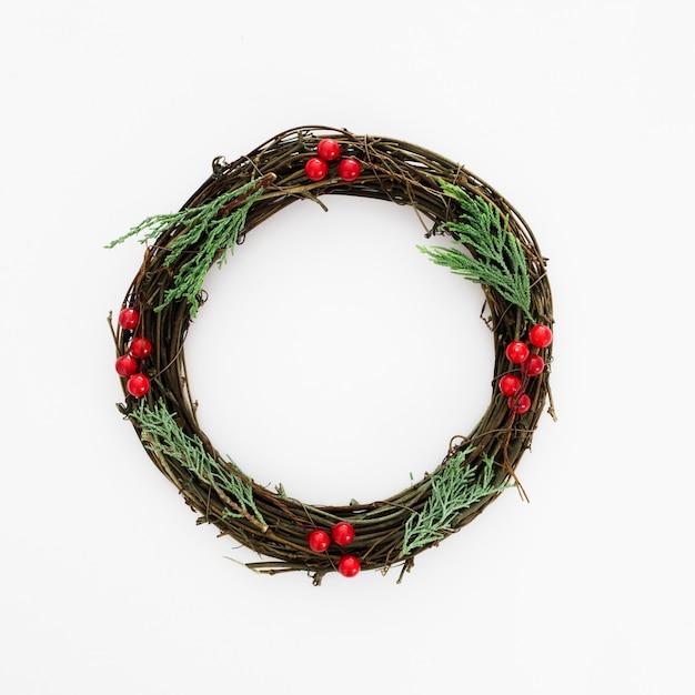 Kerstkrans gemaakt van natuurlijke pijnboomtakken Gratis Foto
