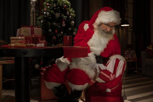 Kerstman klaar om cadeautjes te bezorgen Gratis Foto