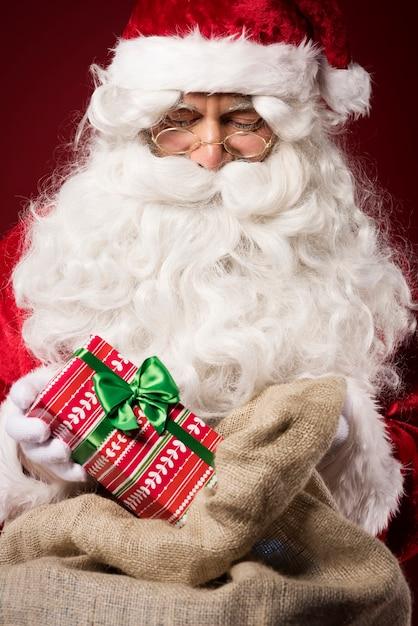 Kerstman met geschenkdoos Gratis Foto