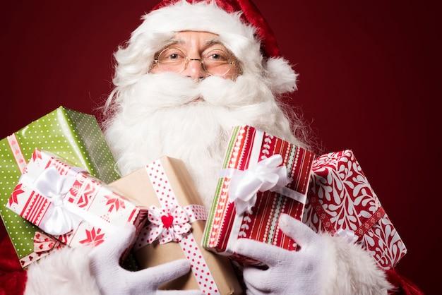 Kerstman met veel geschenkdozen Gratis Foto