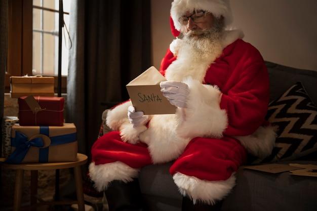 Kerstman opent een brief van een kind Gratis Foto