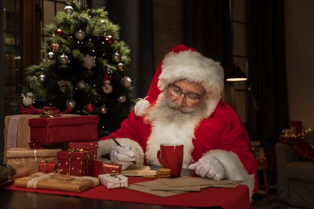Kerstman schrijft kerstbrieven Gratis Foto