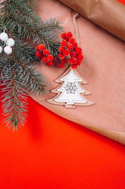 Kerstmis achtergrondlay-out op rode achtergrond Gratis Foto