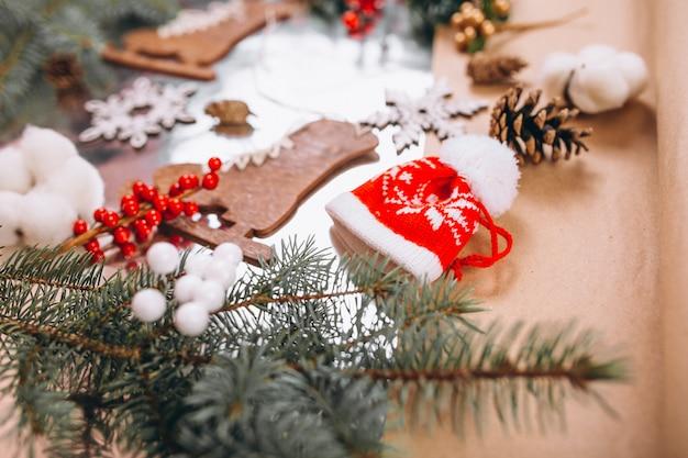 Kerstmis achtergrondlay-out op zilveren achtergrond Gratis Foto