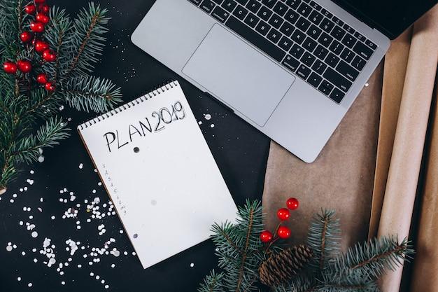 Kerstmis achtergrondlay-out op zwarte achtergrond Gratis Foto
