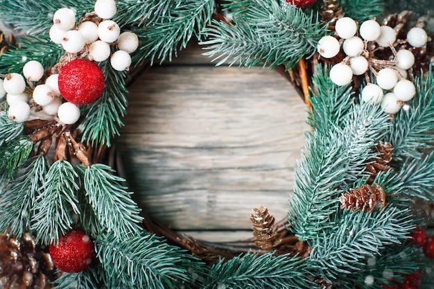 Kerstmis decoratieve kroon op houten horizontale achtergrond Premium Foto