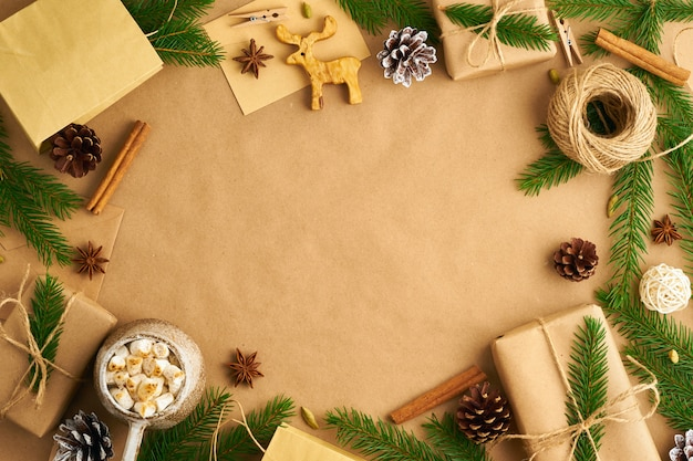 Kerstmis en gelukkig nieuwjaar nul afval ambachtelijke papier achtergrond. Premium Foto