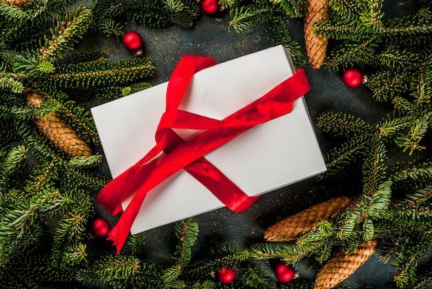 Kerstmis en nieuwjaar cadeau achtergrond met fir tree Premium Foto