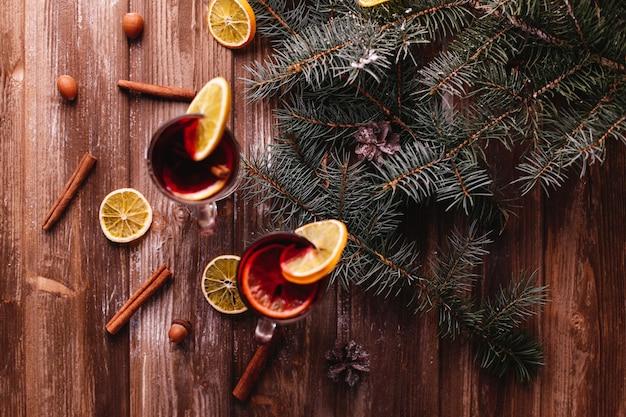 Kerstmis en nieuwjaar decor. twee kopjes glühwein met sinaasappels Gratis Foto