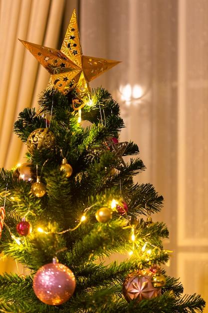Kerstmis en nieuwjaar ingericht huisthema. Premium Foto