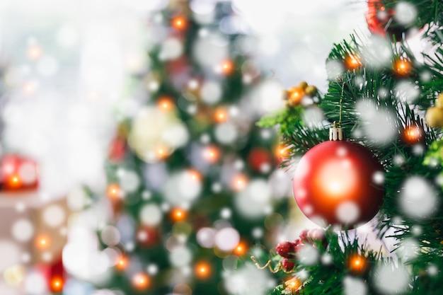 Kerstmis en nieuwjaar vakantie concept. gedecoreerde kerstboom Premium Foto