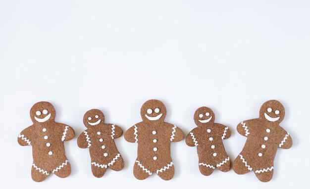 Kerstmis en nieuwjaarpeperkoekmens die op witte achtergrond wordt geïsoleerd. wintervakantie snoep concept Premium Foto