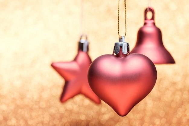 Kerstmis feestelijke decoraties op kleurrijke achtergrond Premium Foto