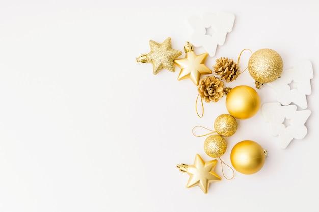 Kerstmis gouden decoratie op wit Gratis Foto