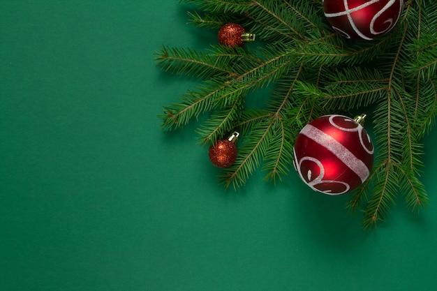 Kerstmis groene vuren takken en rode kerst bubbels Premium Foto