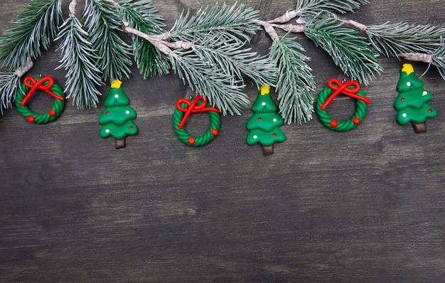 Kerstmis houten achtergrond met kerstboom en rode decoraties. Premium Foto