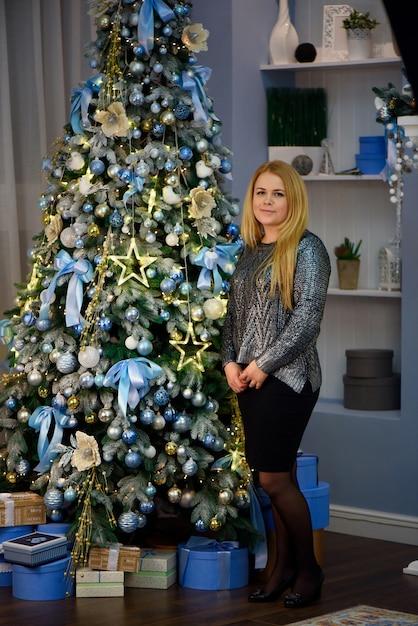 Kerstmis. mooie lachende vrouw. bedenken. gezond lang kapsel. Premium Foto