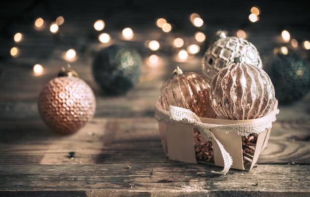 Kerstmis of nieuwjaar achtergrond, vintage speelgoed op de kerstboom Gratis Foto